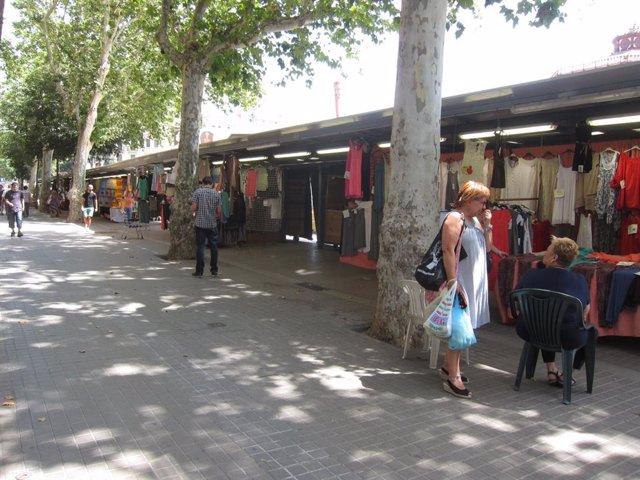 Archivo - Comercio. Puestos de los Encants de ropa del Mercado de Sant Antoni
