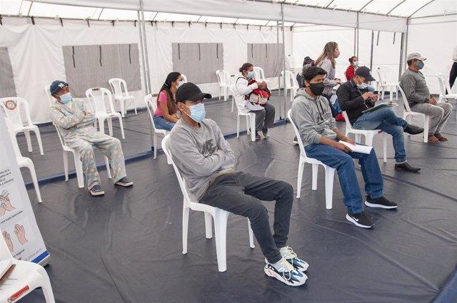 Archivo - Un grupo de personas espera para hacerse un test de COVID-19 en Ecuador.