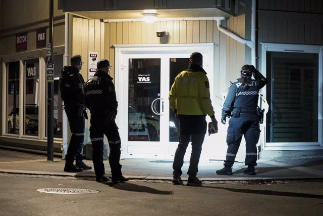 13 October 2021, Norway, Kongsberg: Police officers check an arrow shot at a wall after a violent armed attack at the center of Kongsberg, left five people killed and two injured. Photo: Terje Pedersen/TNB/dpa