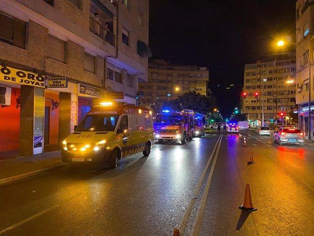 Assistides quatre persones i un bomber en un incendi de vivenda a Alacant