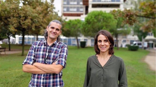 La doctora Ruth Rodríguez-Barrueco y el doctor David Llobet-Navàs, del equipo de investigación en Cáncer Ginecológico del IDIBELL.