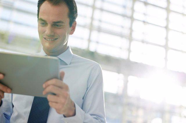 Archivo - Uso de dispositivos móviles, tablet, luz azul