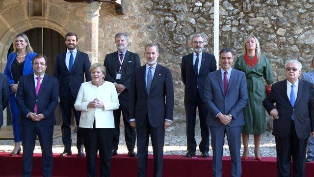 Foto de familia en el Monasterio de Yuste para la entrega del Premio Carlos V a la canciller alemana Angela Merkel