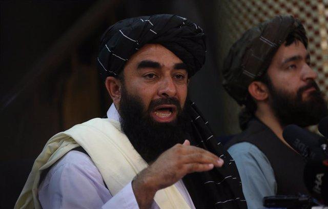 Archivo - El portavoz de los talibán, Zabihulá Muyahid, habla durante una rueda de prensa
