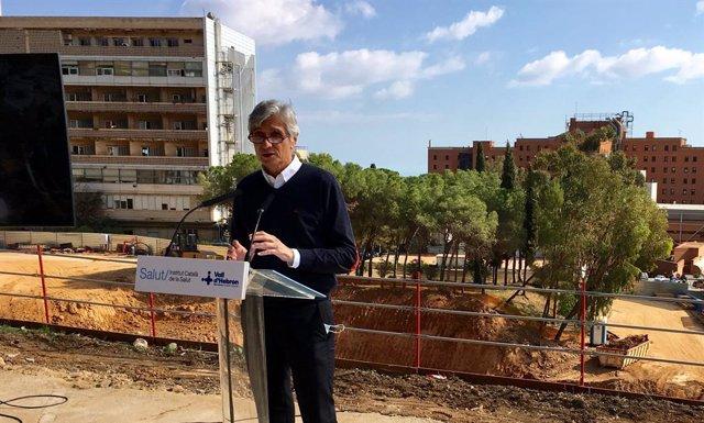 El conseller de Salut de la Generalitat, Josep Maria Argimon, davant les obres del nou campus Vall d'Hebron de Barcelona