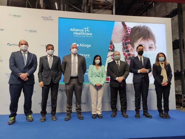 La ministra de Sanidad, Carolina Darias (en el centro), durante la inauguración de la nueva sede de Alliance Healthcare en Viladecans (Barcelona)