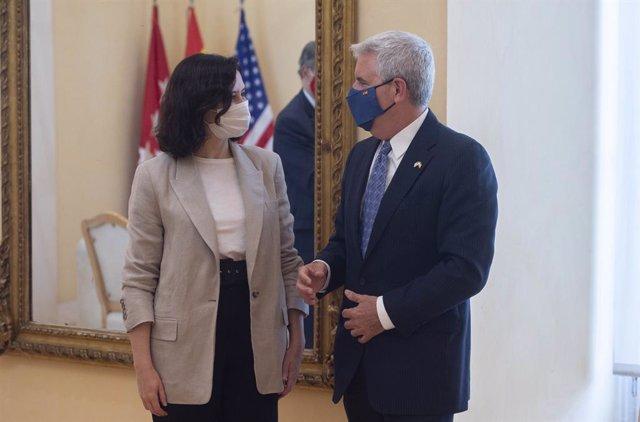Archivo - La presidenta en funciones de la Comunidad de Madrid, Isabel Díaz Ayuso (d), conversa junto al encargado de negocios de la embajada de los Estados Unidos en España, Conrad Tribble (i), a 15 de junio de 2021, en Madrid (España). Este encuentro ti