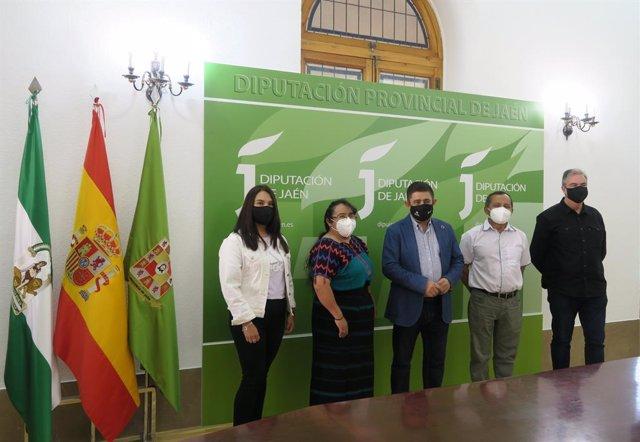 El presidente de la Diputación recibe a representantes de la ONG Acción sin Fronteras de España y Guatemala