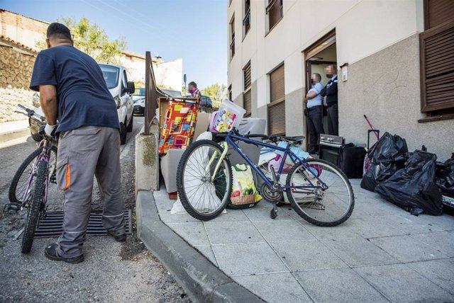 Desalojo de diez de las cerca de 50 viviendas ocupadas del bloque de 'Las 3000' en Horche (Guadalajara)