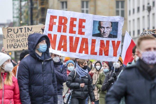 Manifestación en Berlín, Alemania, exigiendo la libertad del opositor ruso Alexei Navalni.