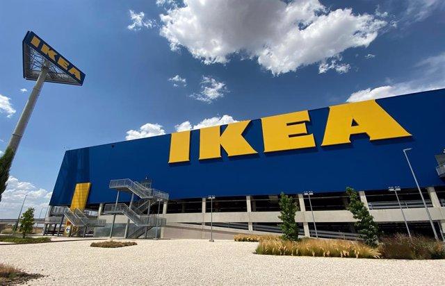 Archivo - Fachada y zonas exteriores pertenecientes a la tienda Ikea de Villaviciosa de Odón, en Madrid (España), a 9 de julio de 2020. La compañía sueca de mobiliario y decoración ha anunciado que invertirá en España alrededor de 150 millones de euros en