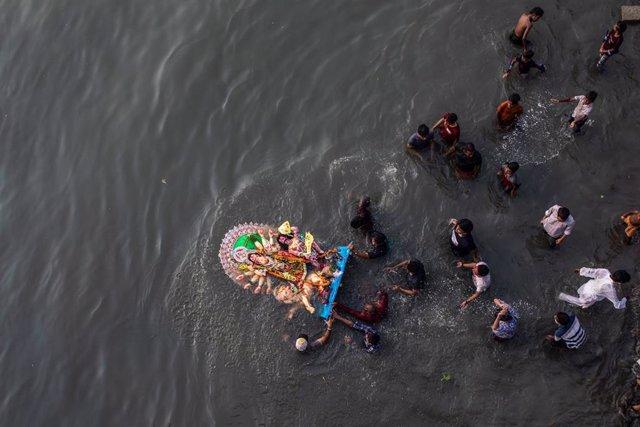 Archivo - Celebración del festival Durga Puja
