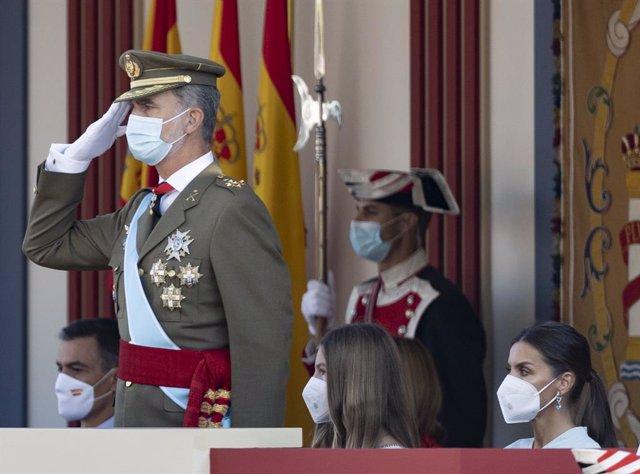(I-D) El presidente del Gobierno, Pedro Sánchez; el rey Felipe VI; la infanta Sofía; y la reina Letizia durante el acto solemne de homenaje a la bandera nacional y desfile militar en el Día de la Hispanidad, a 12 de octubre de 2021, en Madrid, (España). L