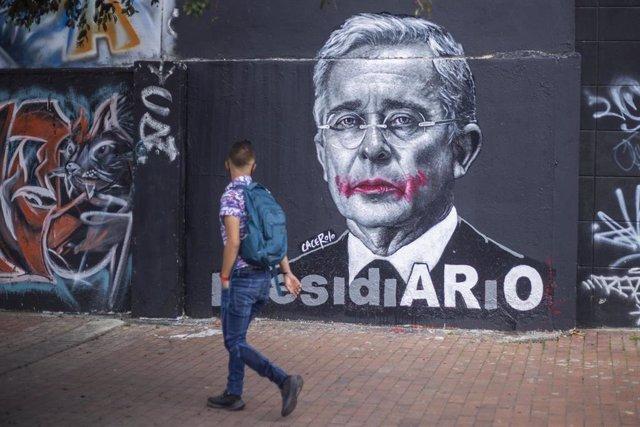Archivo - Mural del expresidente de Colombia Álvaro Uribe, visto en las calles de Bogotá.
