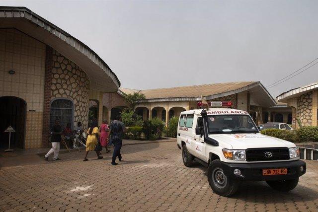 Archivo - Aparcamiento de ambulancias del hospital Saint Mary Soledad, apoyado por MSF, en el noroeste de Camerún