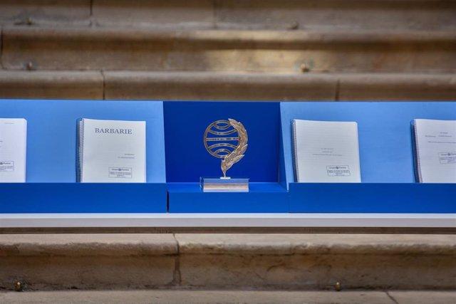 La figura del Premi Planeta, al costat de les obres finalistes, a la Llotja de Mar de Barcelona, a 14 d'octubre de 2021, a Barcelona