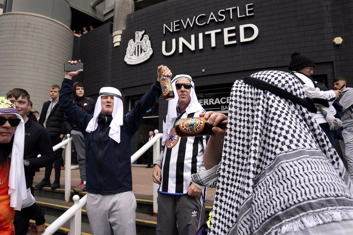 """El Newcastle pide a sus aficionados que se abstengan de vestir ropas árabes para no """"ofender"""""""
